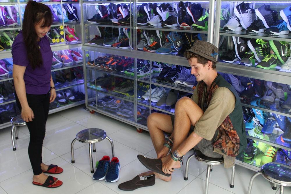 khách hàng mang giày size lớn